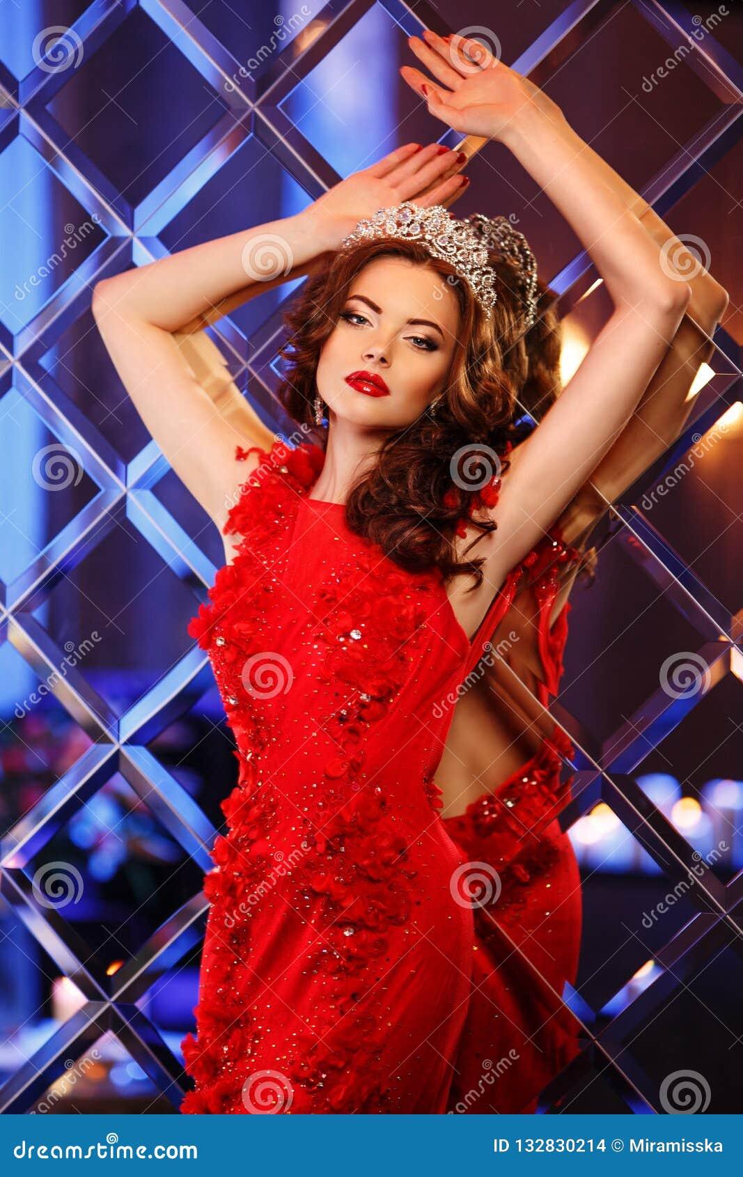 Принцесса ферзя женщины в кроне и платье люкса, backgr партии светов