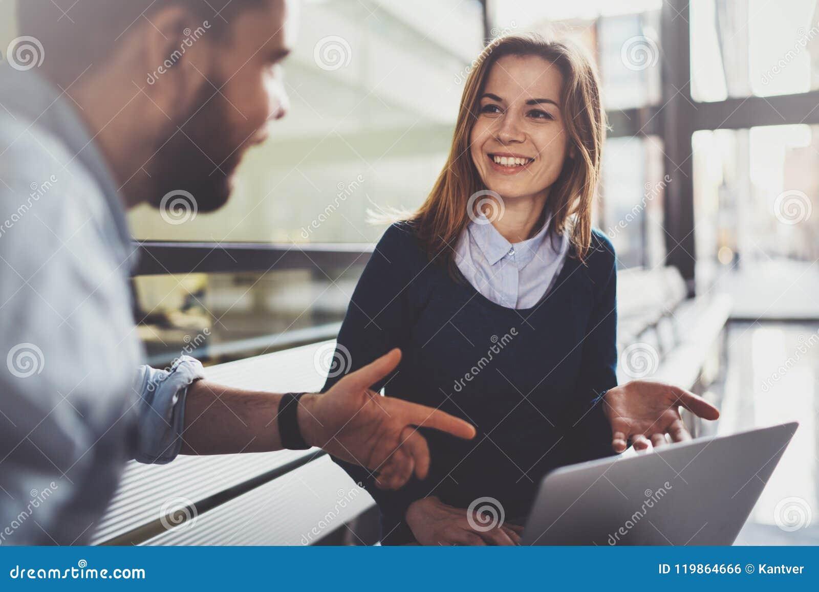 Принципиальная схема сыгранности Молодые творческие сотрудники работая с новым startup проектом в современном деловом центре Груп