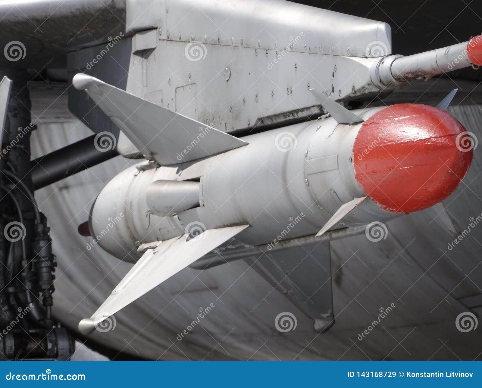 Приостанавливанное вооружение воздушных судн Космос под крылом военного самолета Видимые оружия Самолет готов для