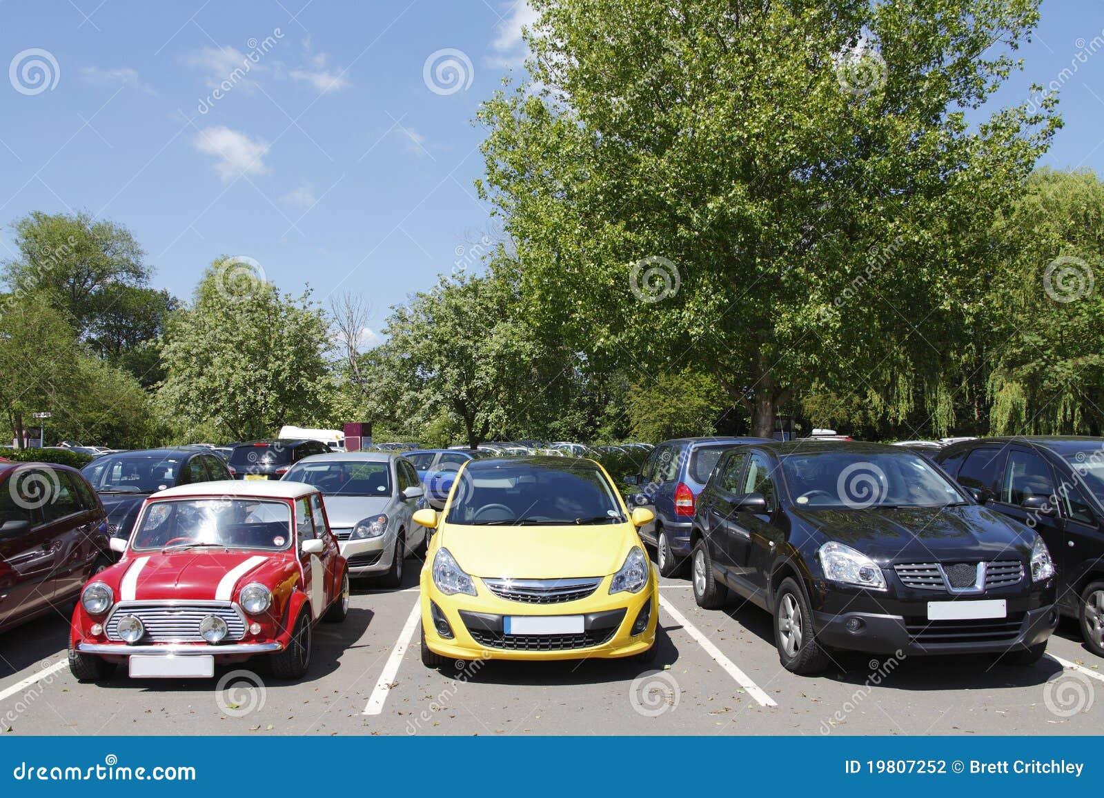 припаркованная старая автомобилей новая