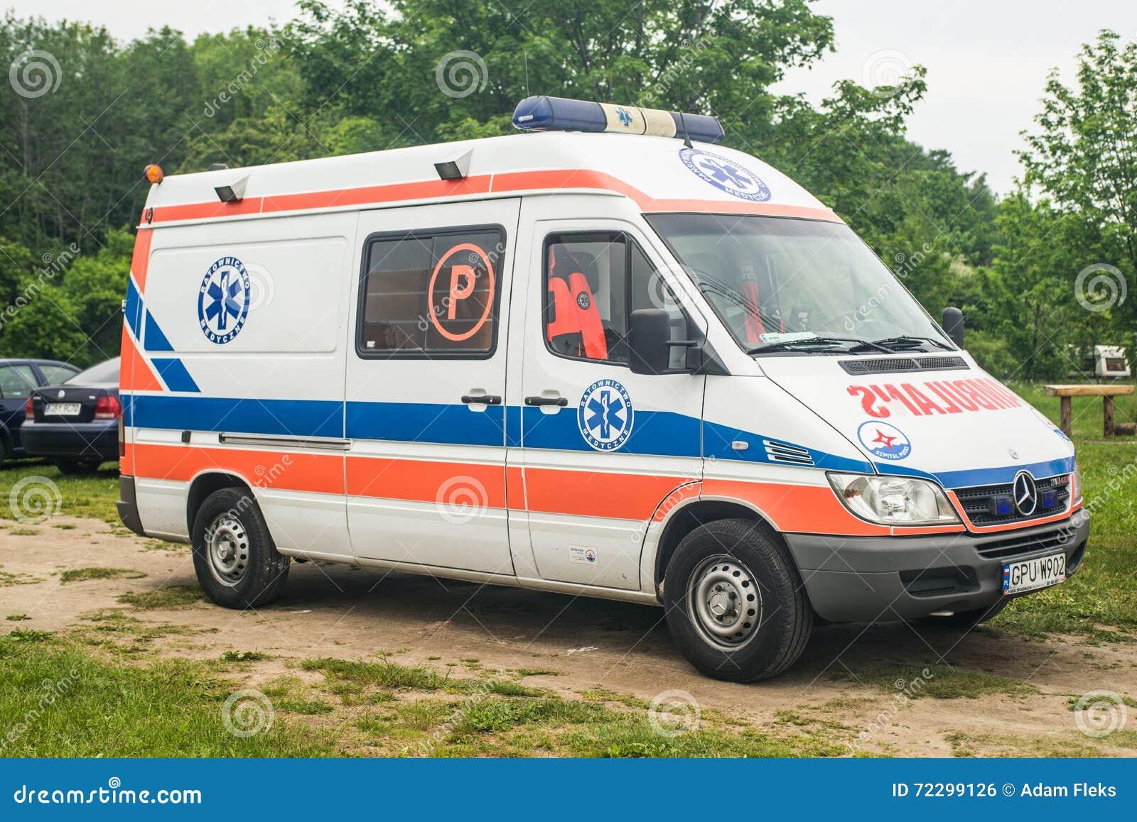 Download Припаркованный автомобиль машины скорой помощи Мерседес Редакционное Фото - изображение насчитывающей двери, город: 72299126