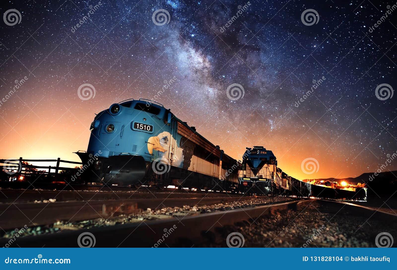 Природа 2018 поезда пара вечером - scenics неба -