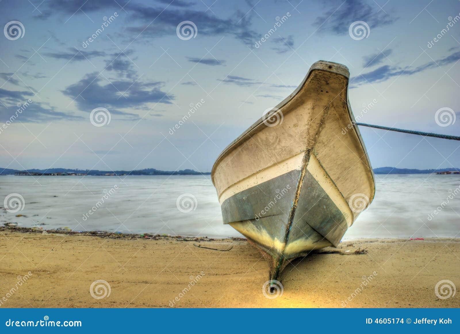 приставанная к берегу шлюпка
