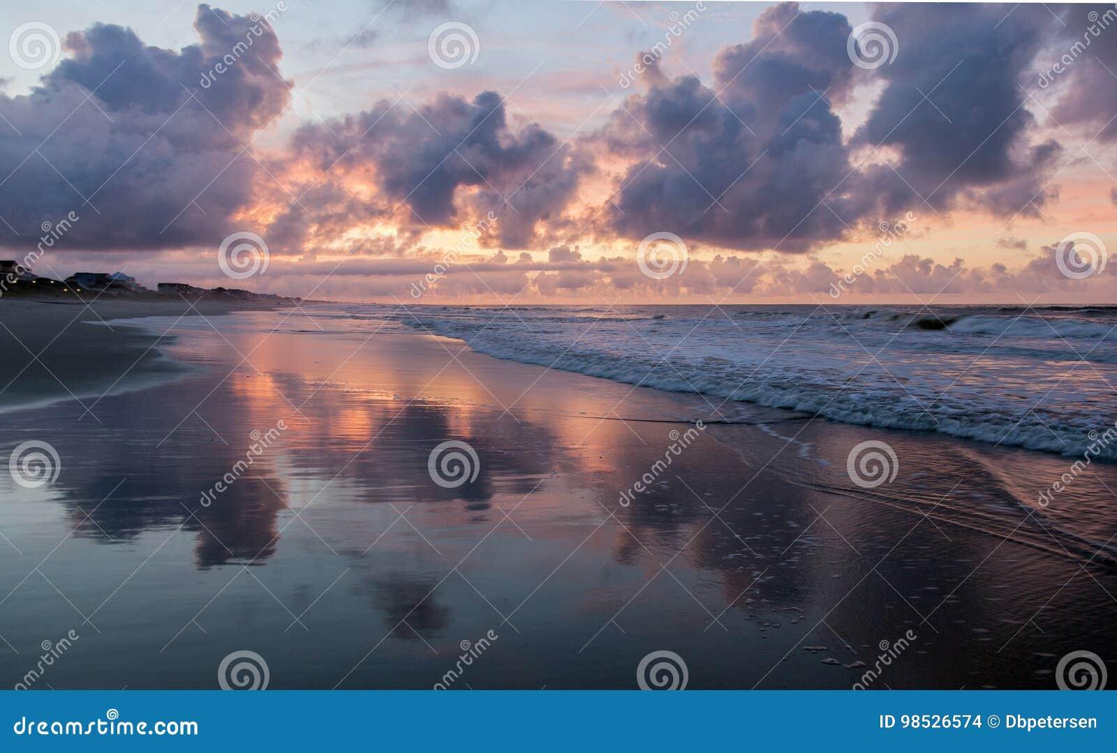 пристаньте восход солнца к берегу
