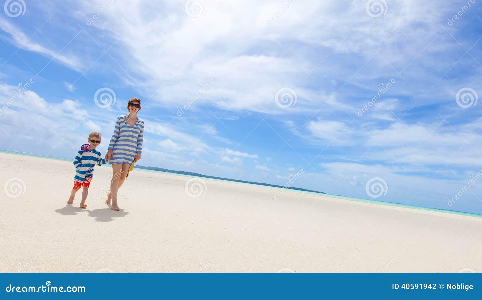 пристаньте детенышей к берегу тропической каникулы песка семьи 4 белых