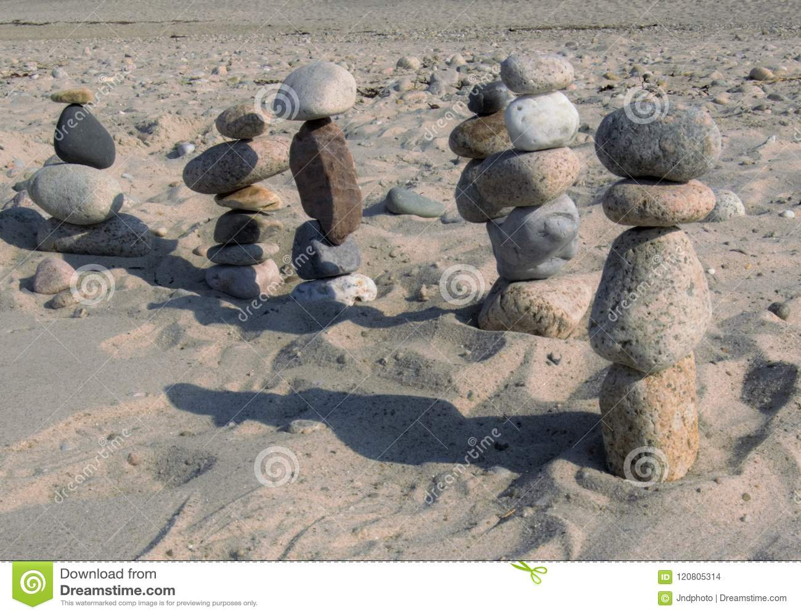 Пристаньте каменные диаграммы к берегу маршируя в расстояние