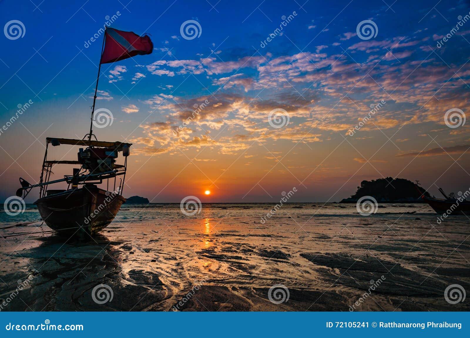 Пристаньте к берегу в утре Время рассвета во время восхода солнца с традиционным