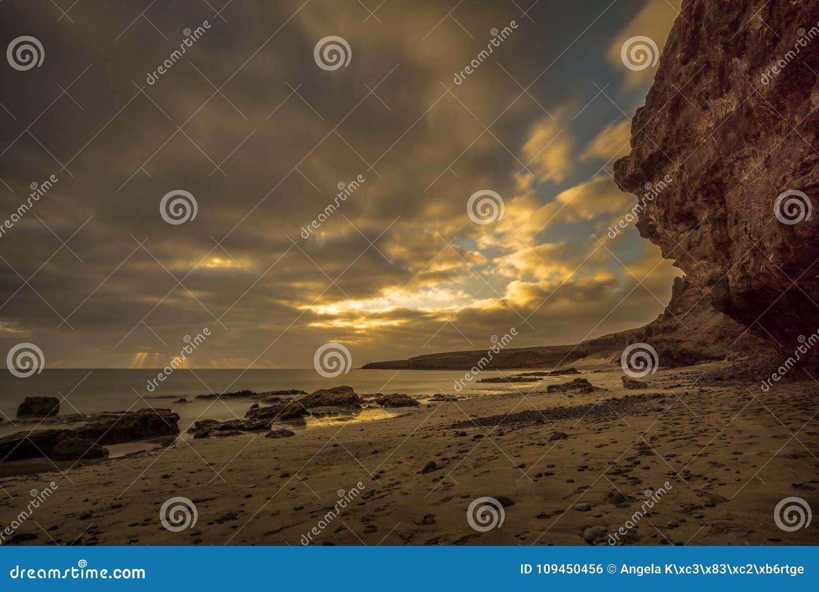 Пристаньте к берегу на канарском острове с темными облаками