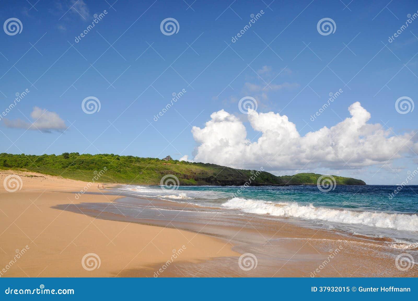 Пристаньте к берегу на Фернандо de Noronha, Pernambuco (Бразилия)