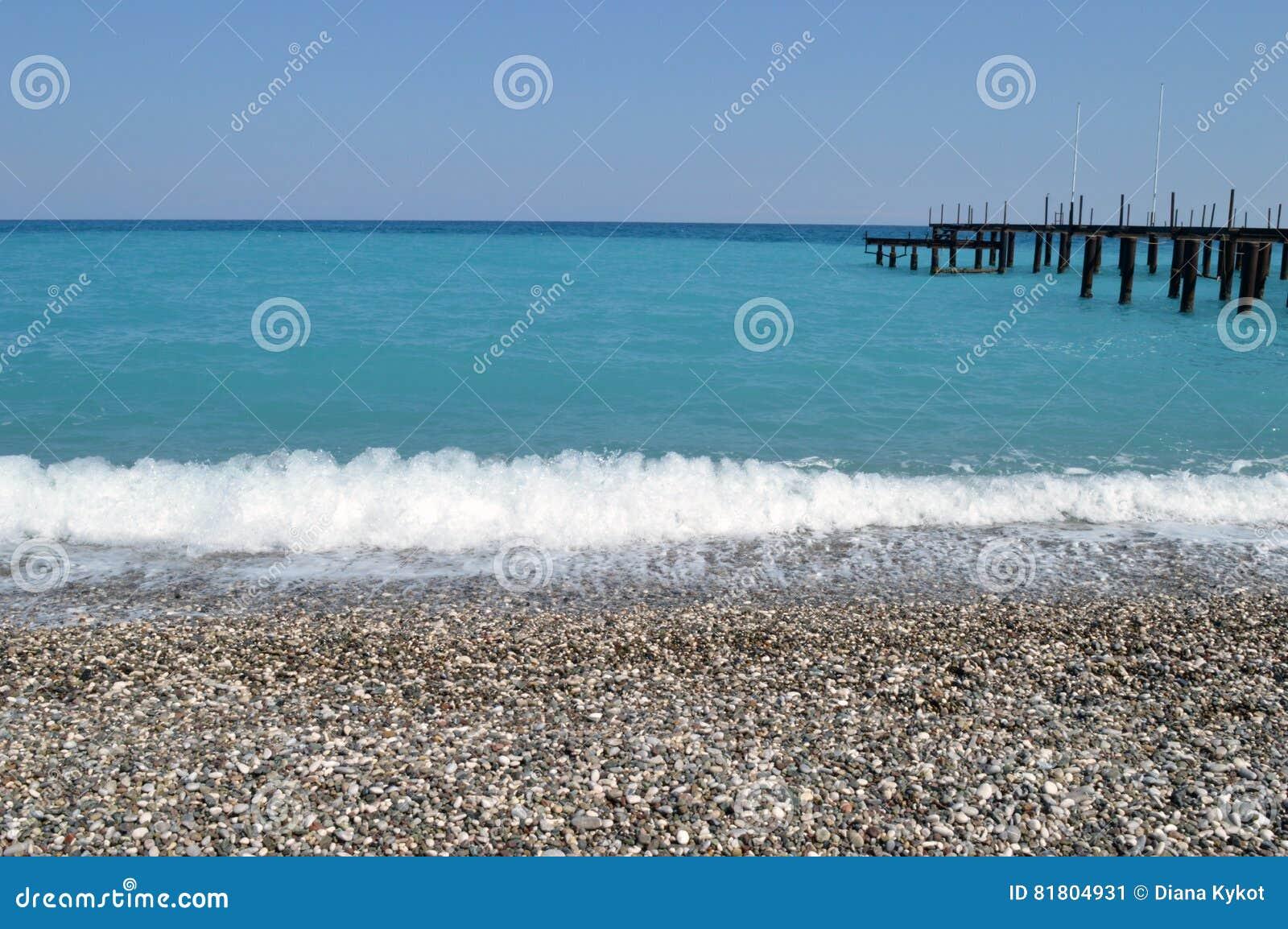 Пристань в море бирюзы