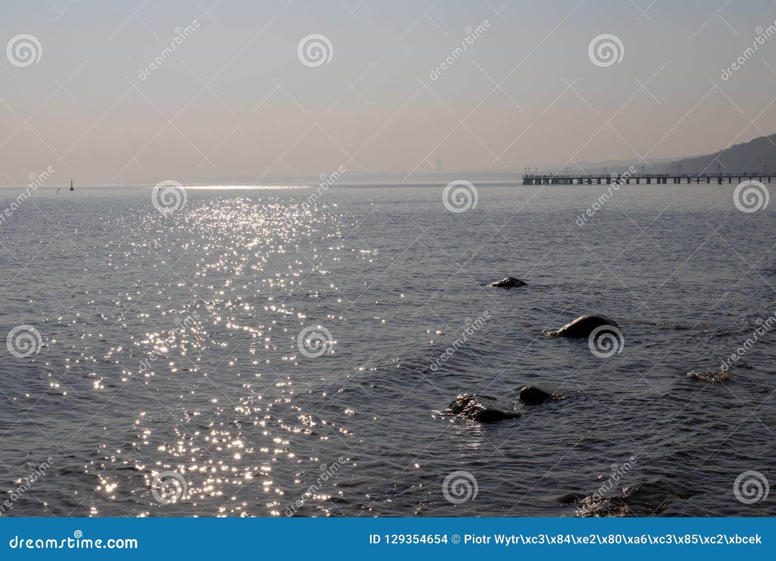 Пристань на Балтийском море в Восточной Европе Мост на береге моря