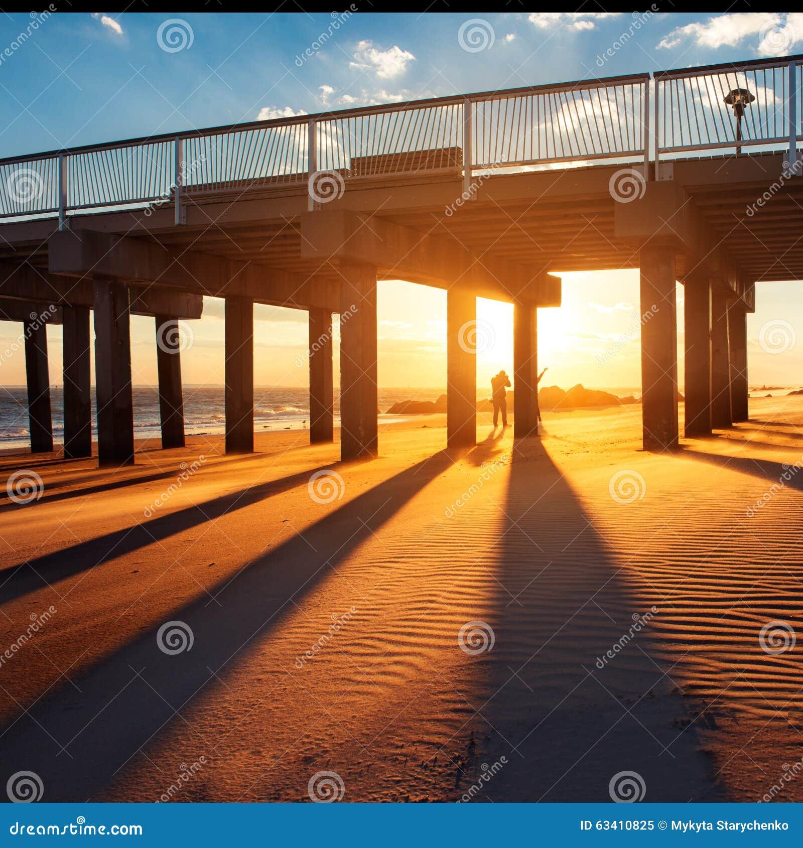 Пристань океана под теплым заходом солнца