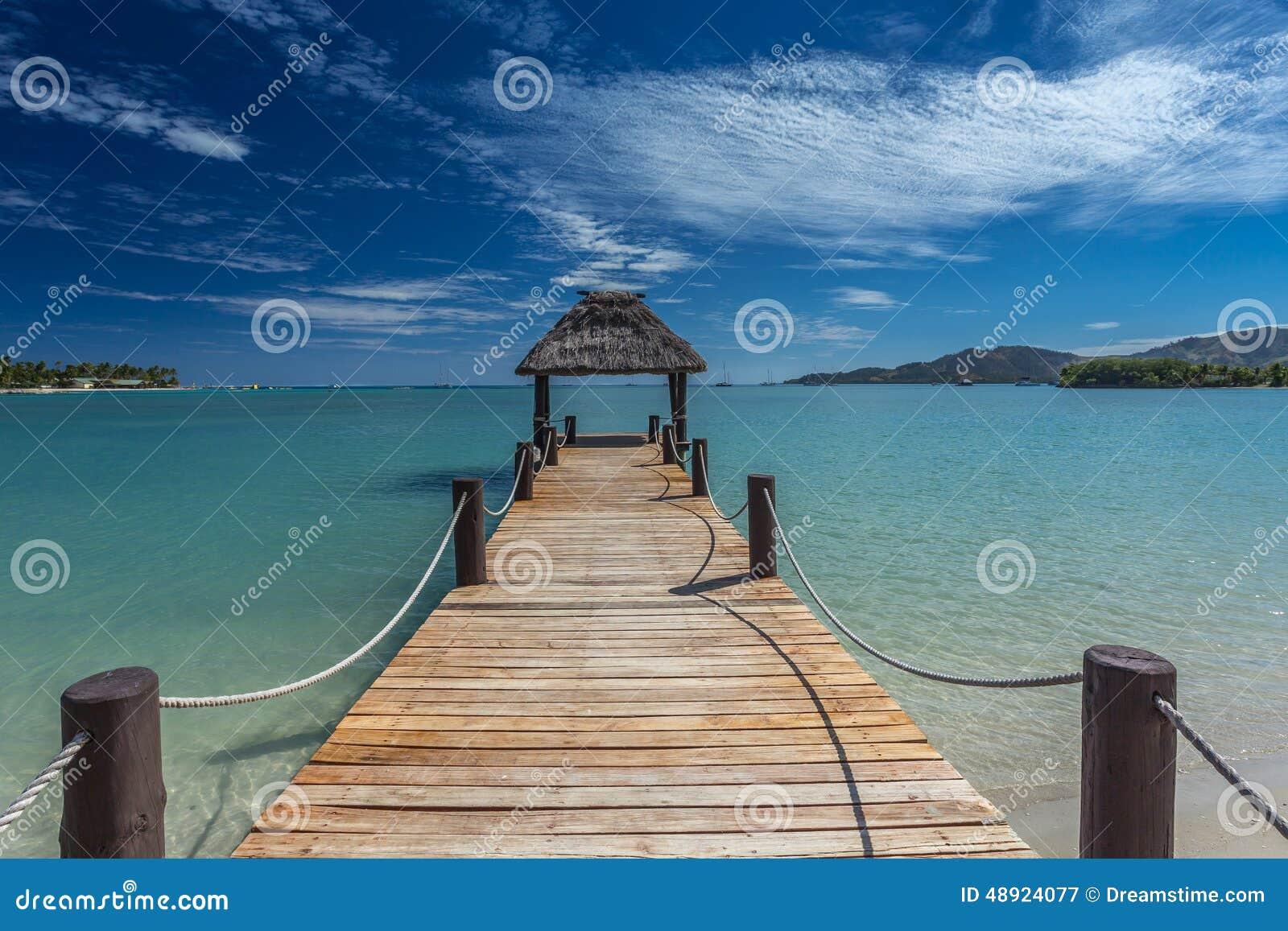 Пристань Фиджи с голубыми небесами