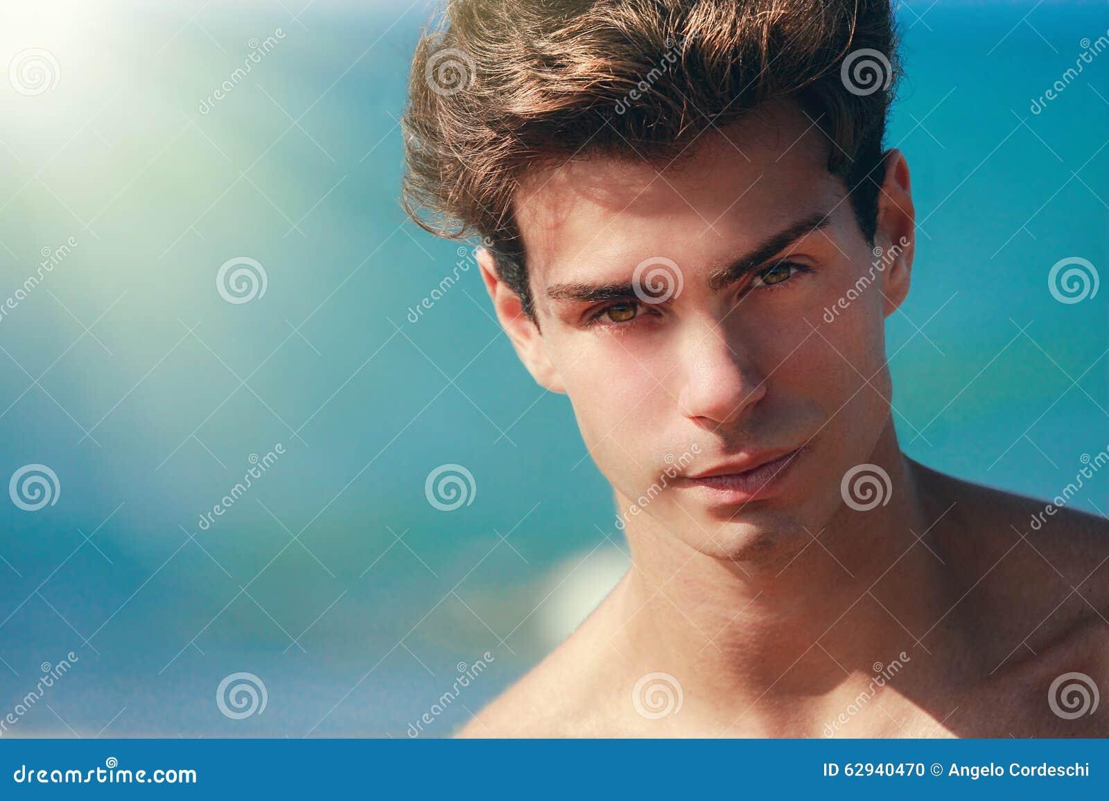 Пристальный взгляд человека уверенно, красивая модель стороны Красивая девушка брюнет с стилем причёсок и составляет изолированны