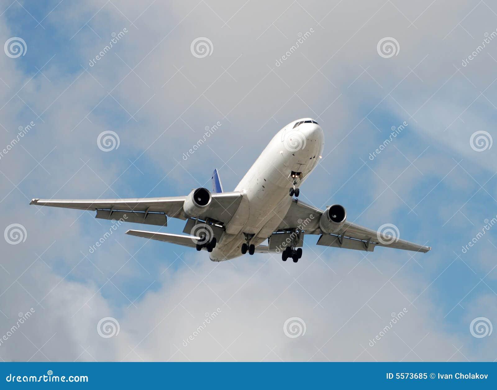 причаливая реактивный грузовой самолет