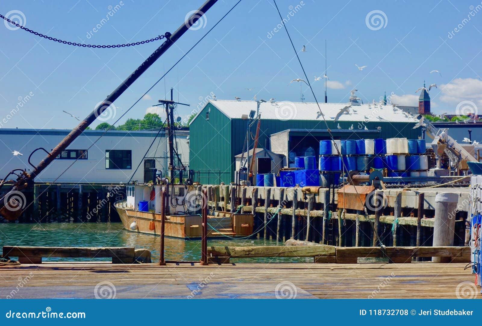 Причал пристани омара Мейна, состыкованная шлюпка, портовый район Портленда Мейна июня 2018 рыбной промышленности работая