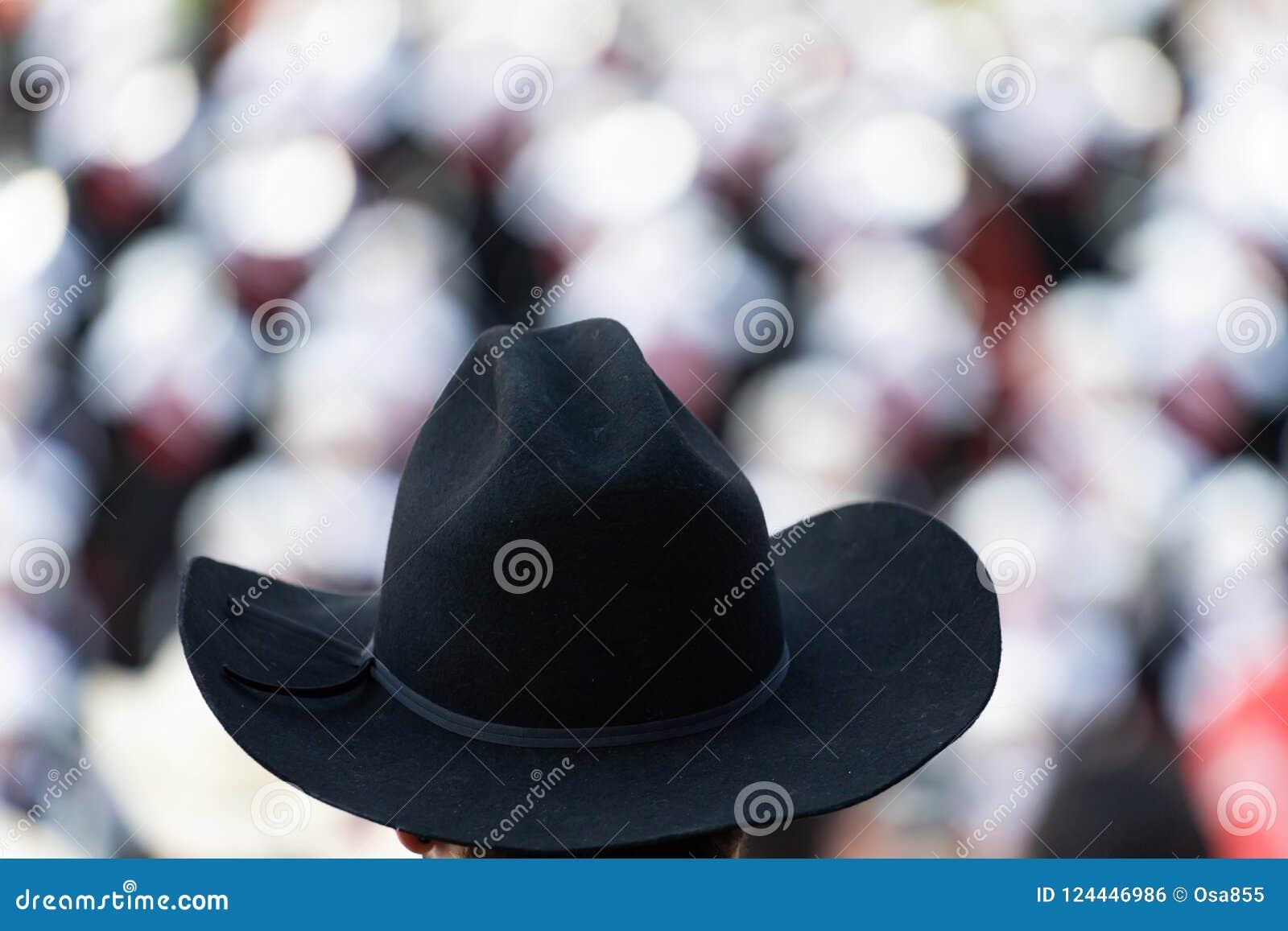 Причудливая черная ковбойская шляпа в фокусе на родео