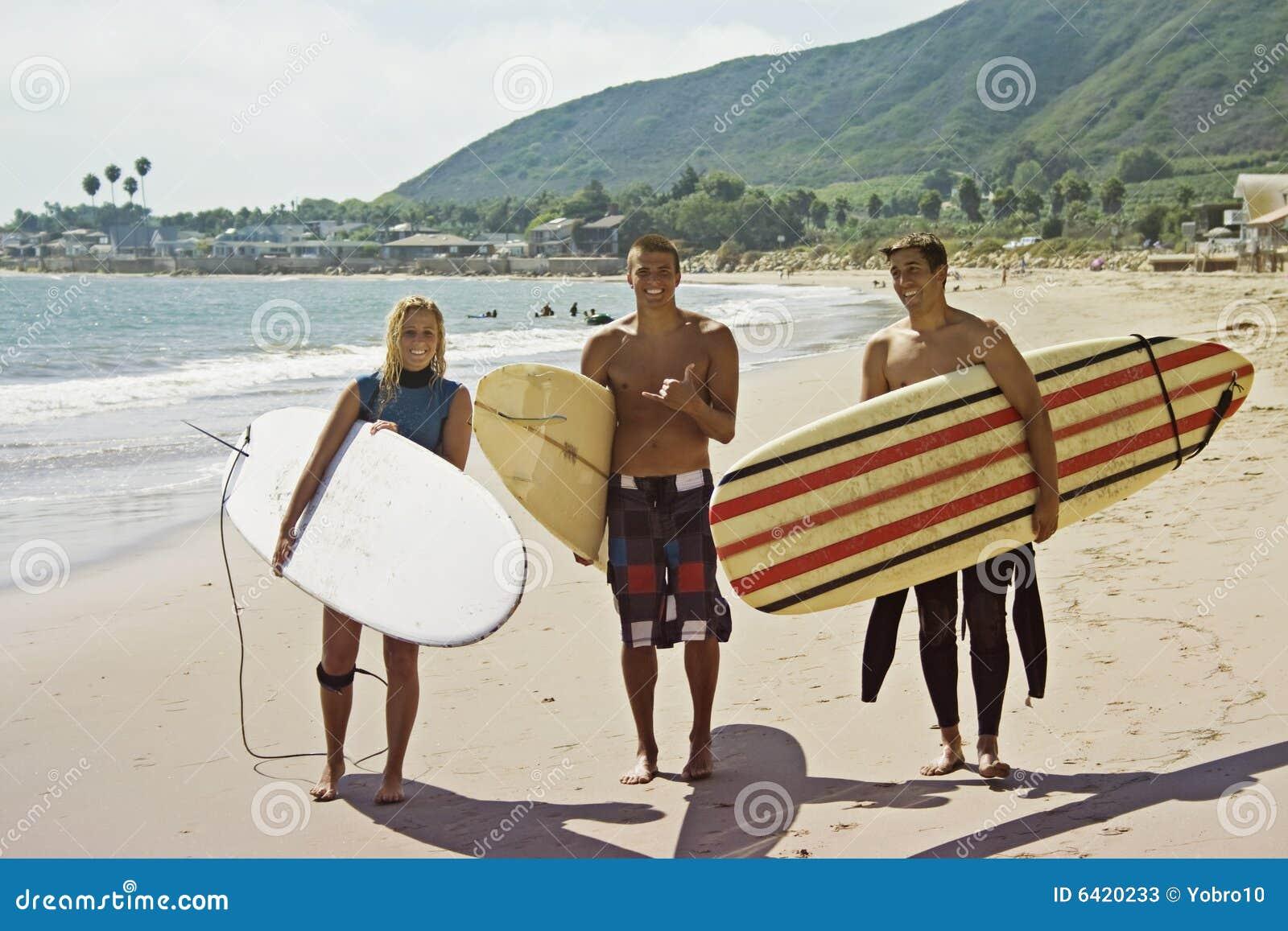 приятели занимаясь серфингом