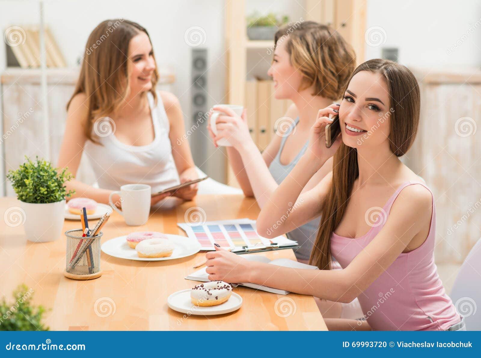 Авки девушек сидя