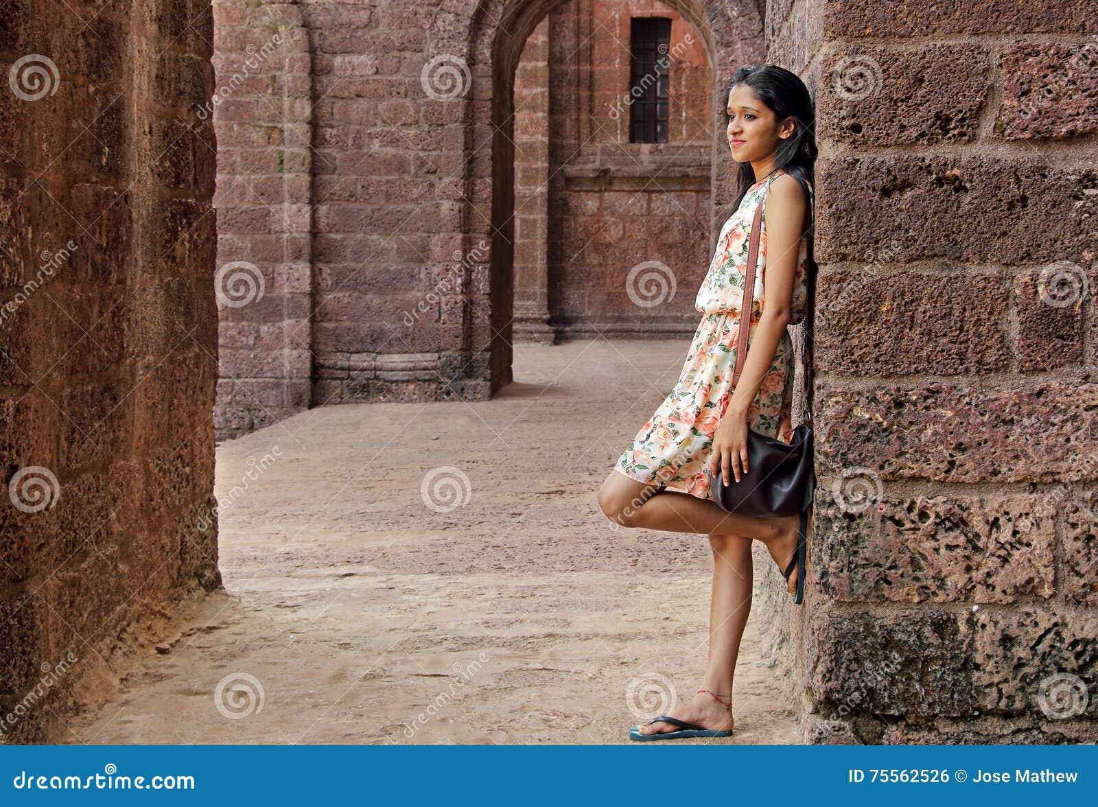 Приятный девочка-подросток в дворе кирпича