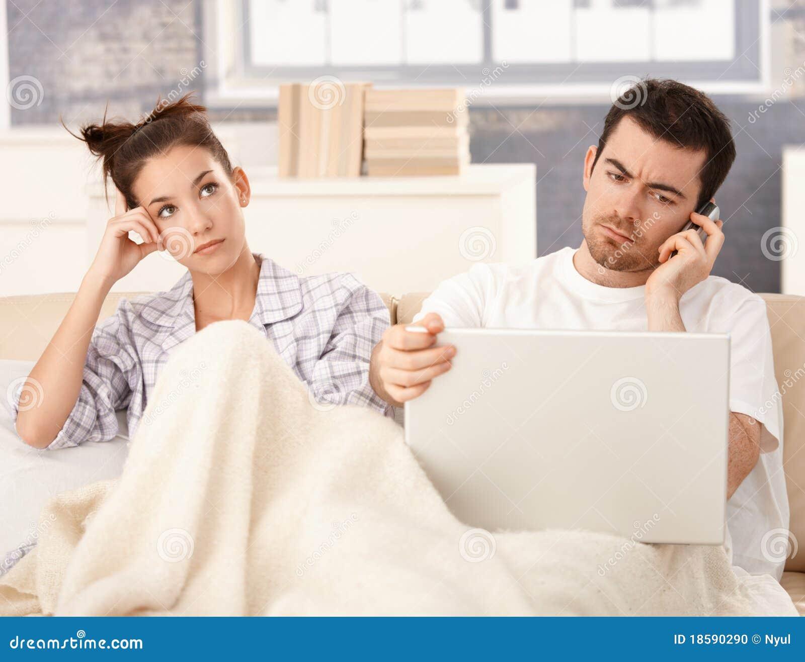 пробуренные кроватью детеныши женщины человека пар работая