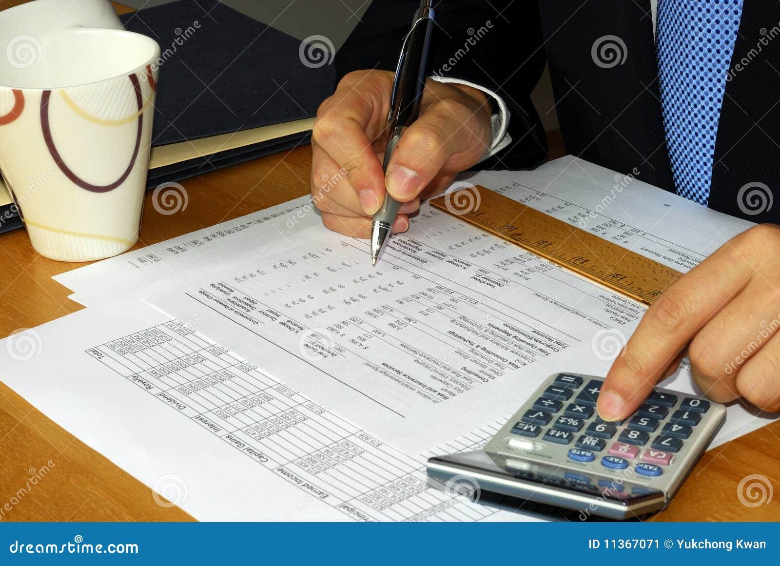 проверять финансовый отчет компании