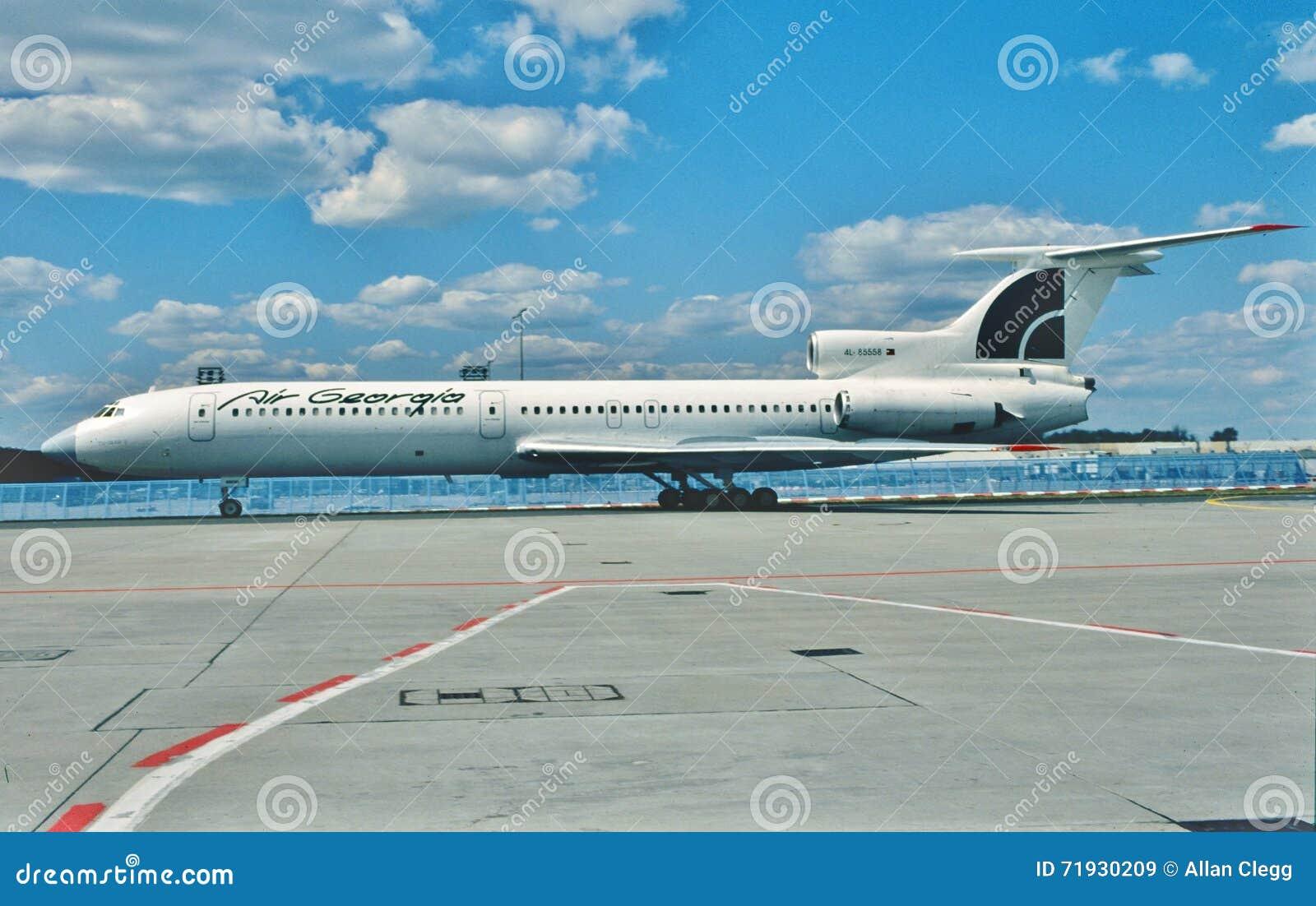 Проветрите taxiig Туполева TU-154 4L-85558 Georgia вне для взлета на Москве, России