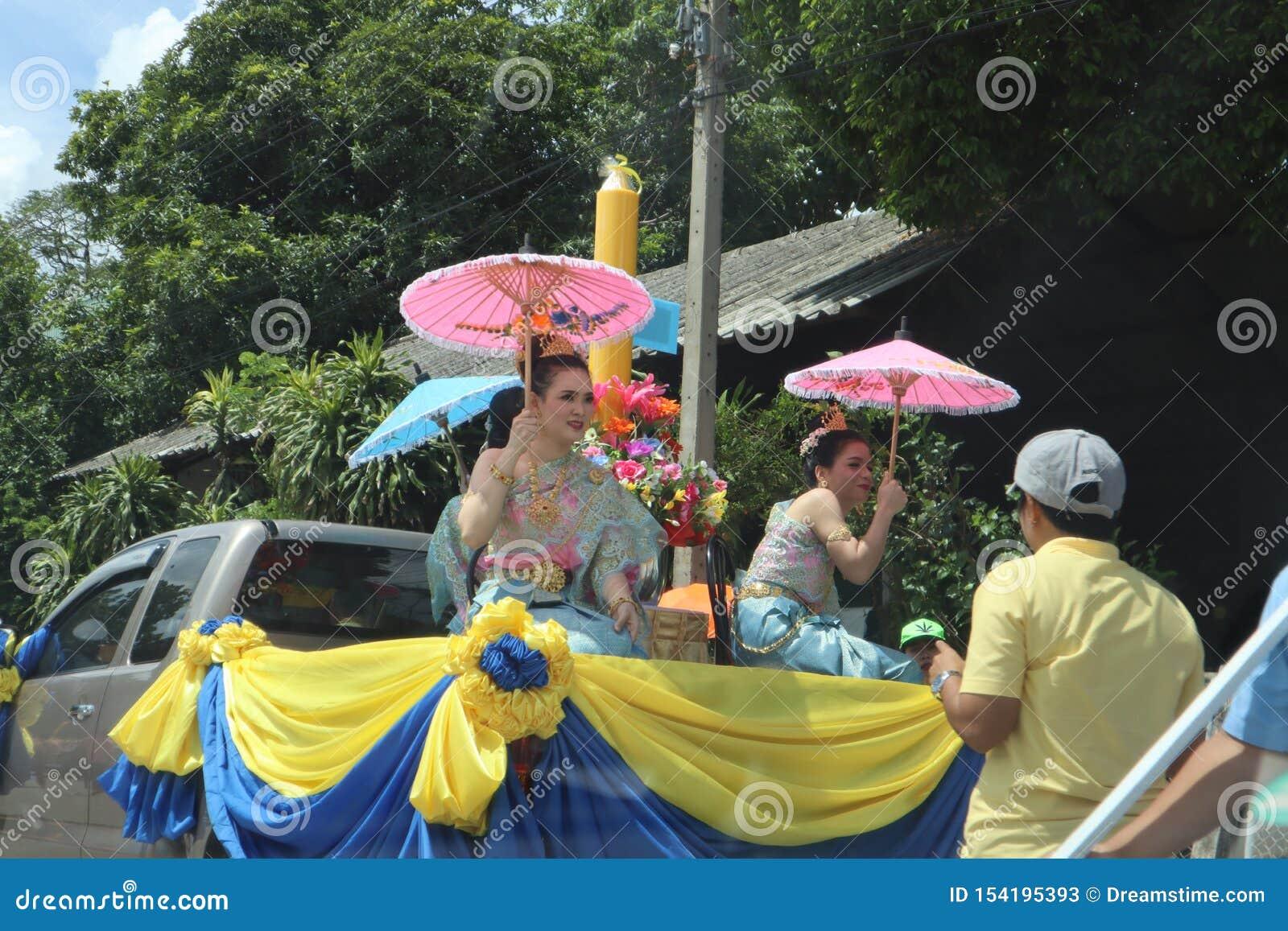 Провинция Nakhon Pathom, Таиланд - июль 17,2019; Дожд-отступление или буддийские одолженные женщины фестиваля 3 одетые в тайских
