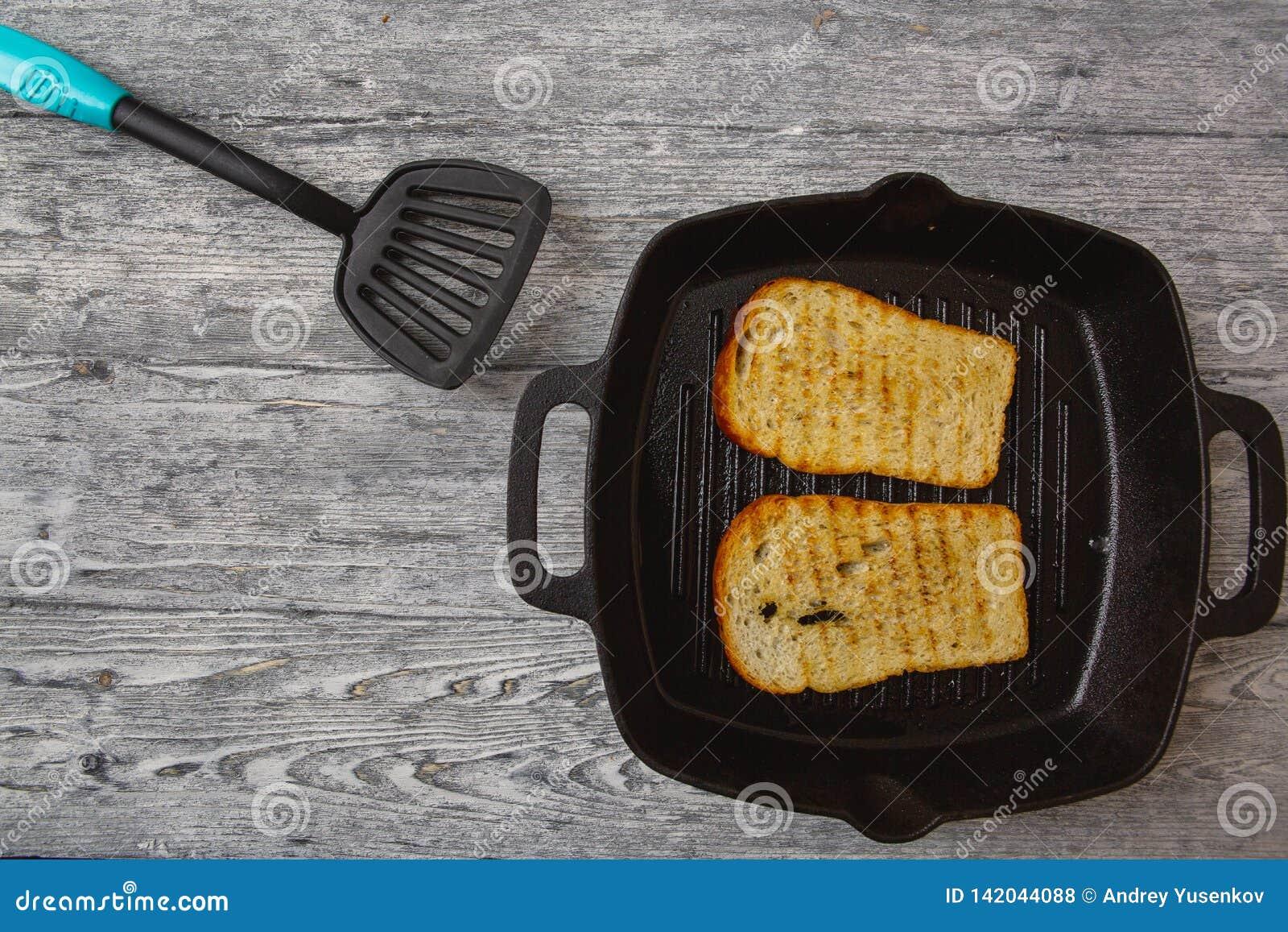 Провозглашанный тост тост хлеба на деревянной предпосылке