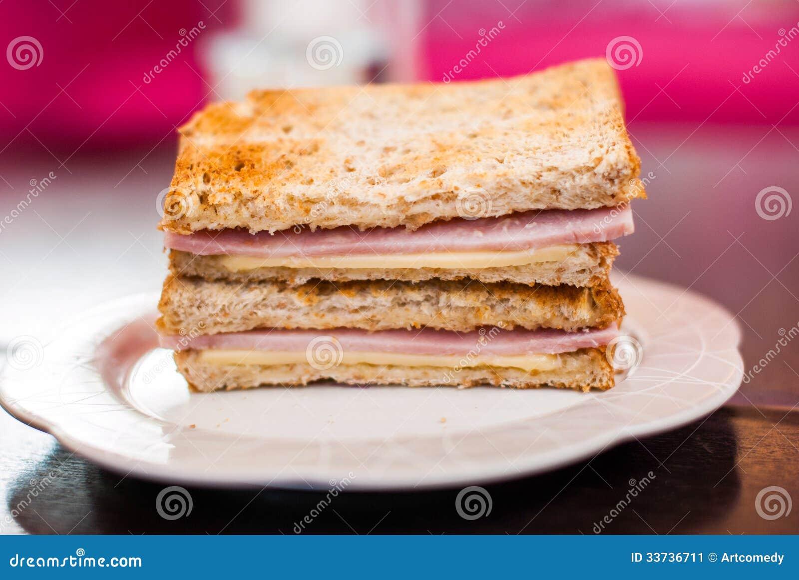 Провозглашанный тост сандвич с ветчиной и сыром