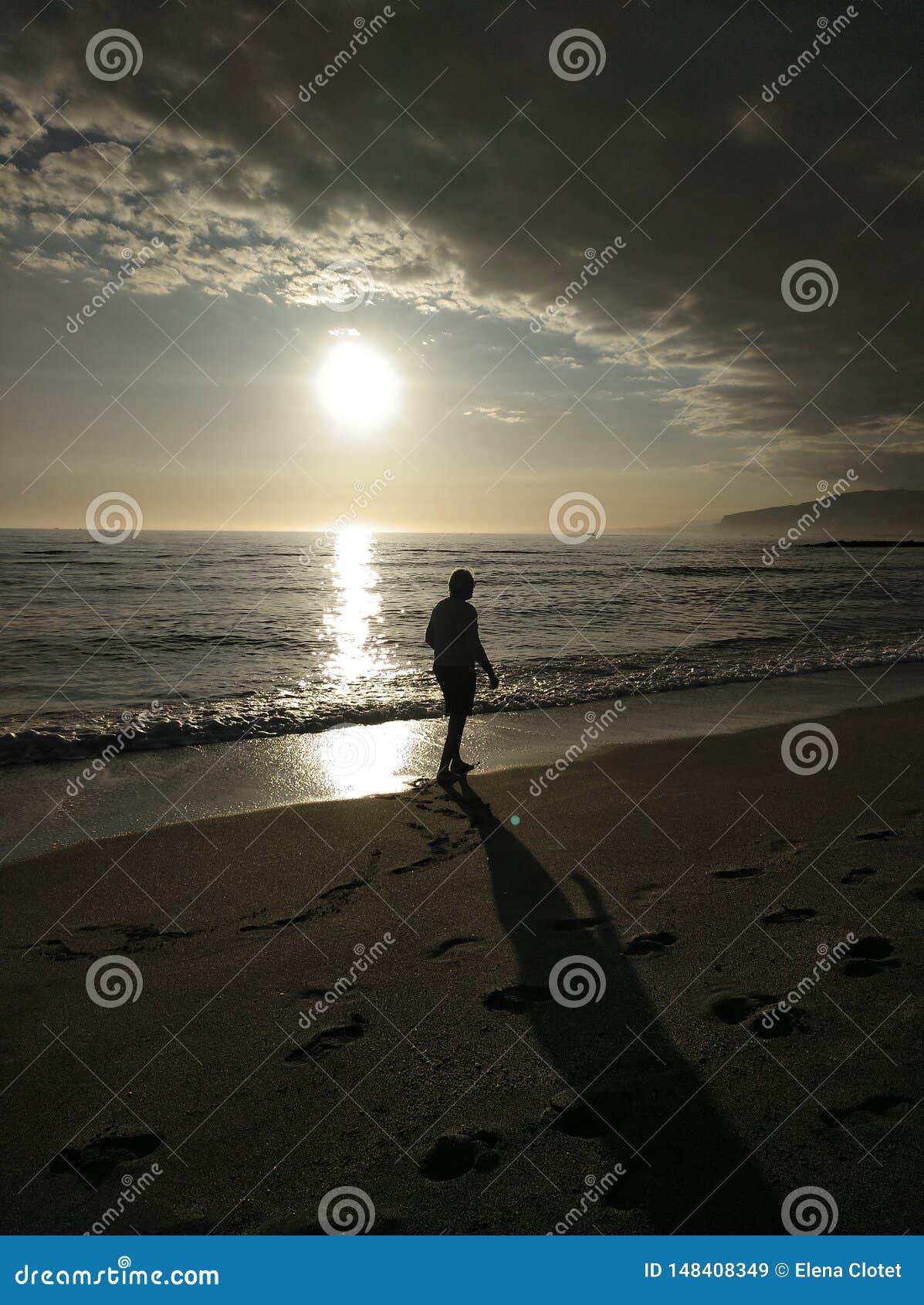 Прогулка на пляже в уединении