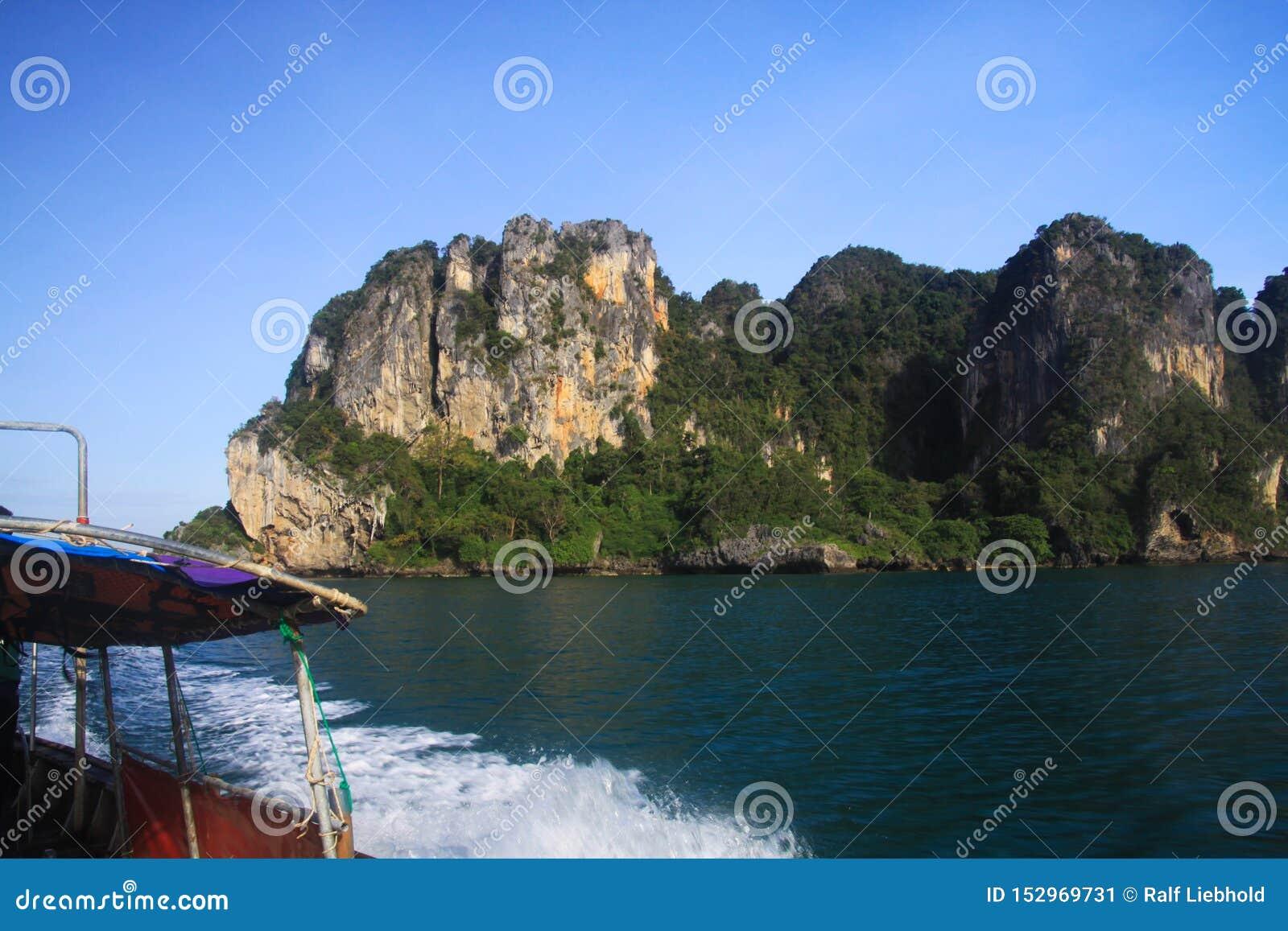 Прогулка на яхте к островам вдоль крутых скал в голубом море Andaman около Ao Nang, Krabi, Таиланда