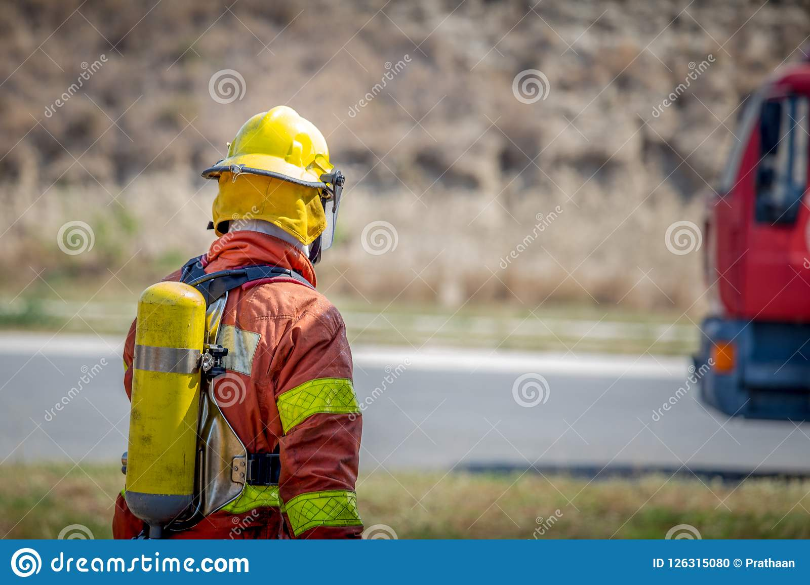 Прогулка пожарного к пожарной машине