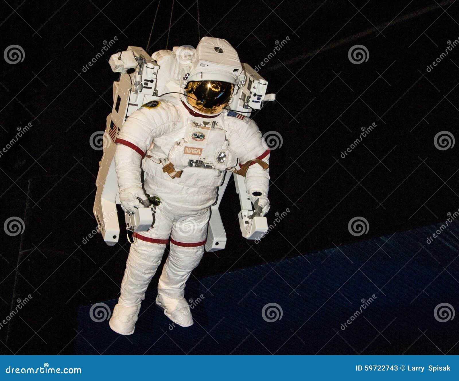 Прогулка в космосе в космическом костюме