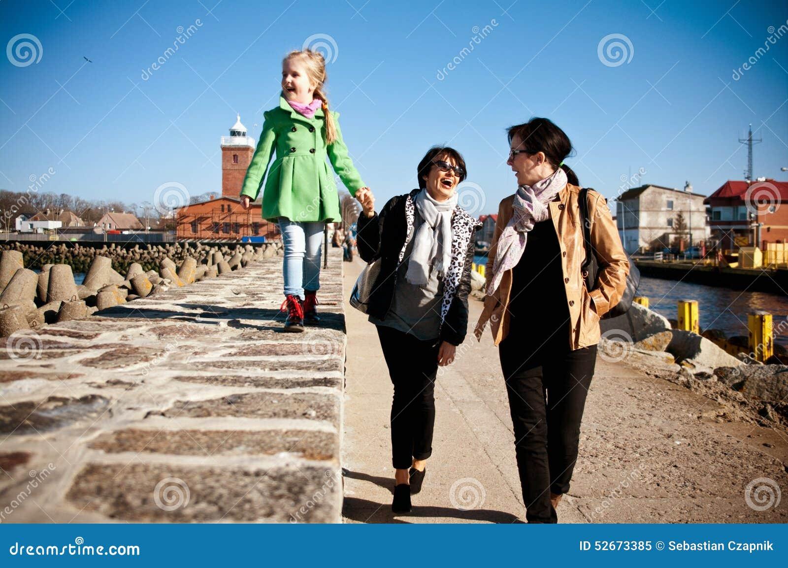 Прогулка семьи на пристани Darlowo