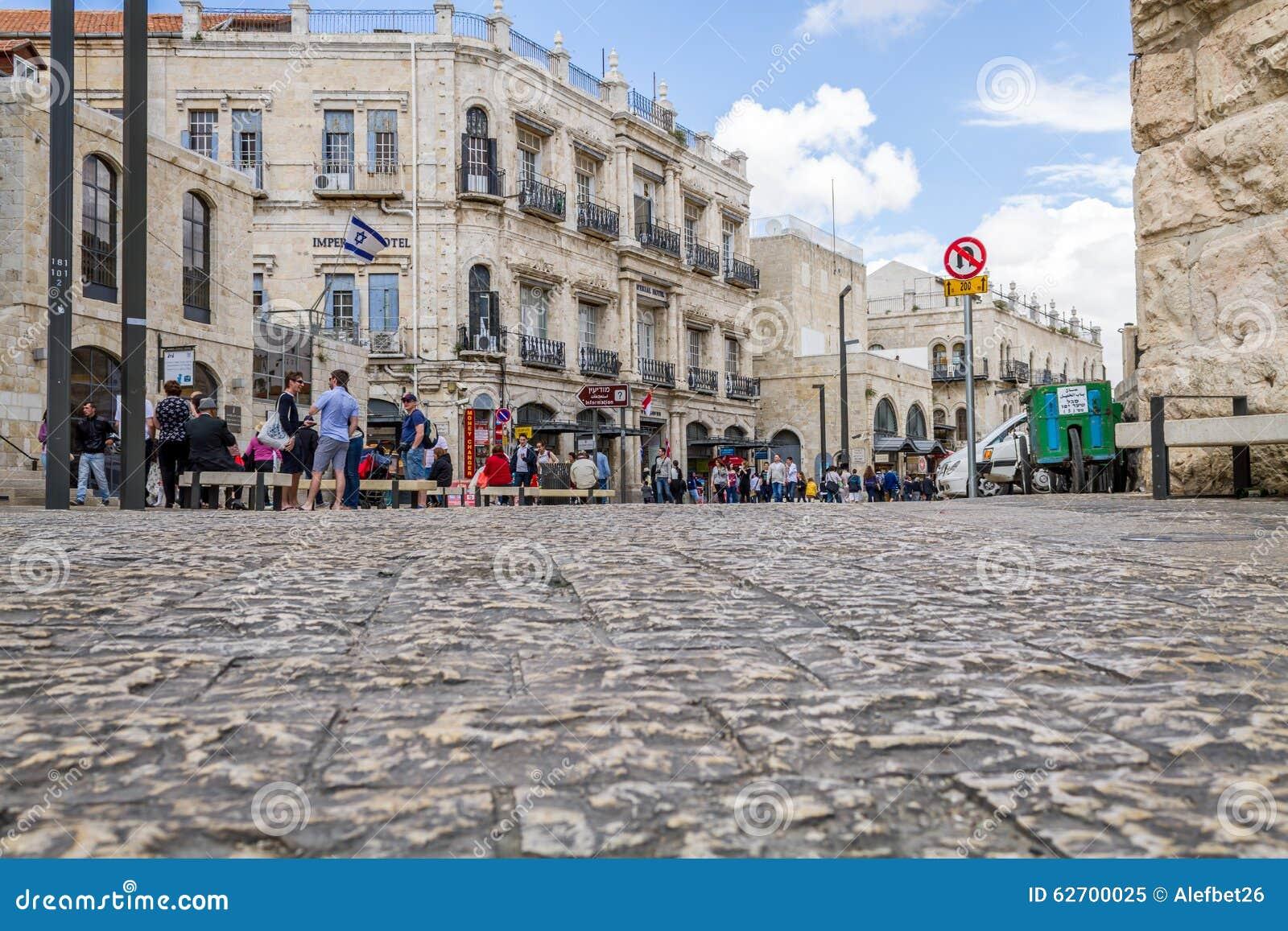Прогулка людей в старом Иерусалиме