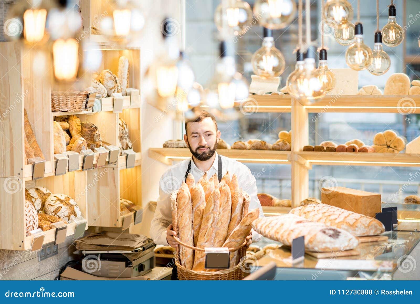 Продавец в магазине хлеба