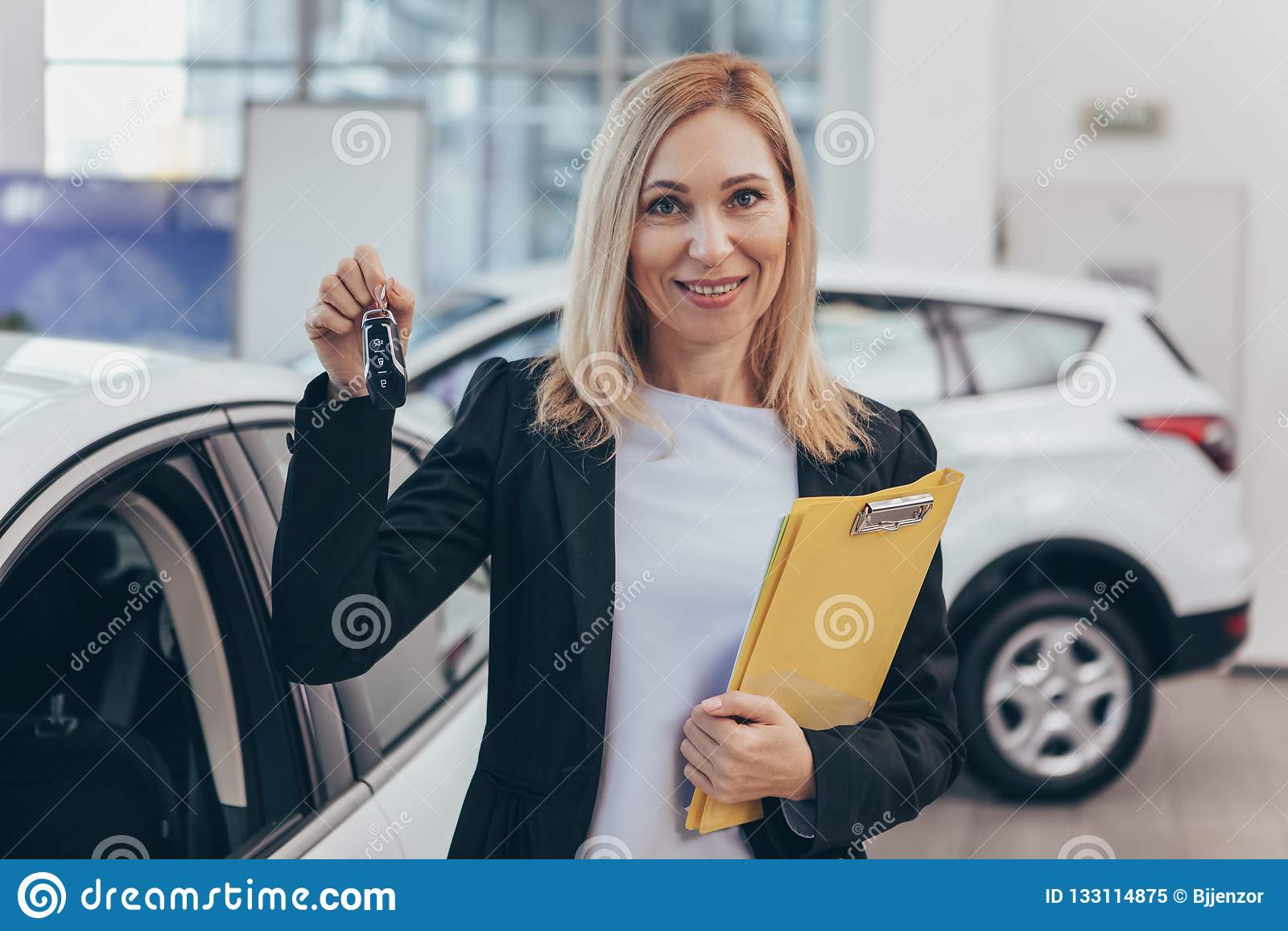 Продавщица работая на автосалоне
