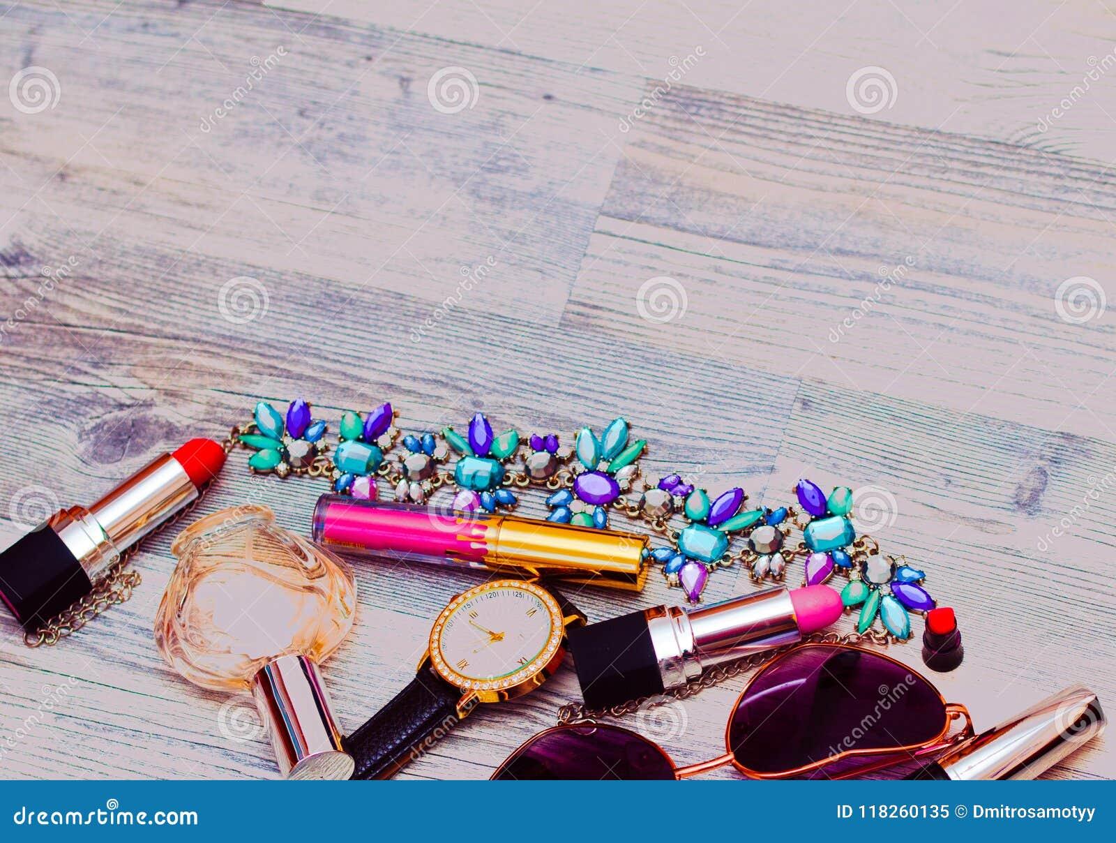 Продукты курорта с розовым маслом Сливк, лосьон и соль на белом copyspace взгляд сверху предпосылки Комплект продукта и цветков з