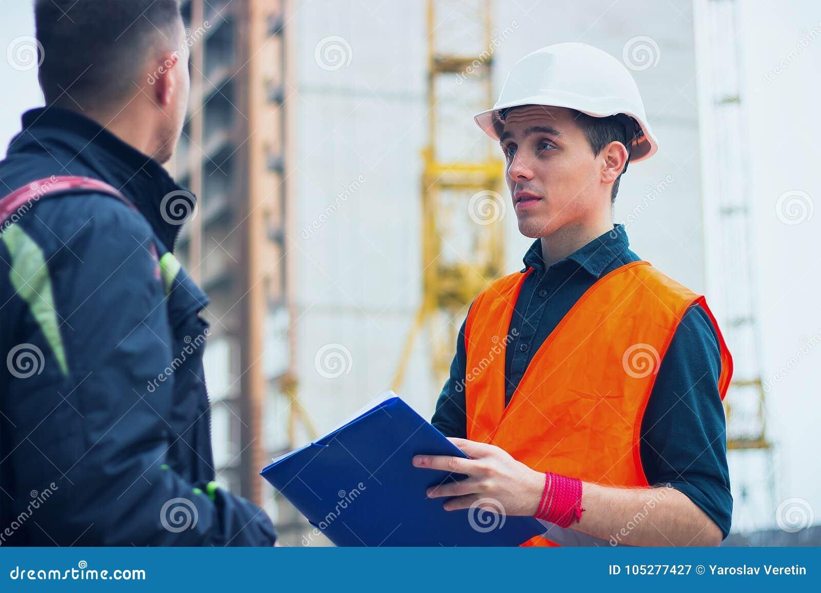 Проектируйте говоря обсуждать при архитектор работая при светокопии для архитектурноакустического плана, делая эскиз к проекту