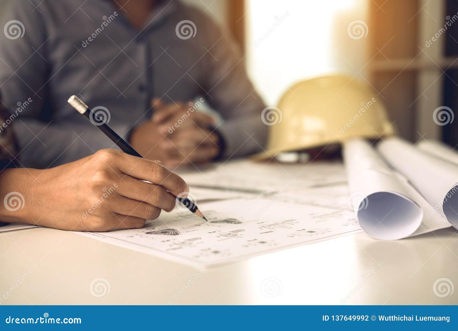 2 проектируя человек или сотрудники работая на проекте и обсуждая вместе с смотреть обработку документов светокопии