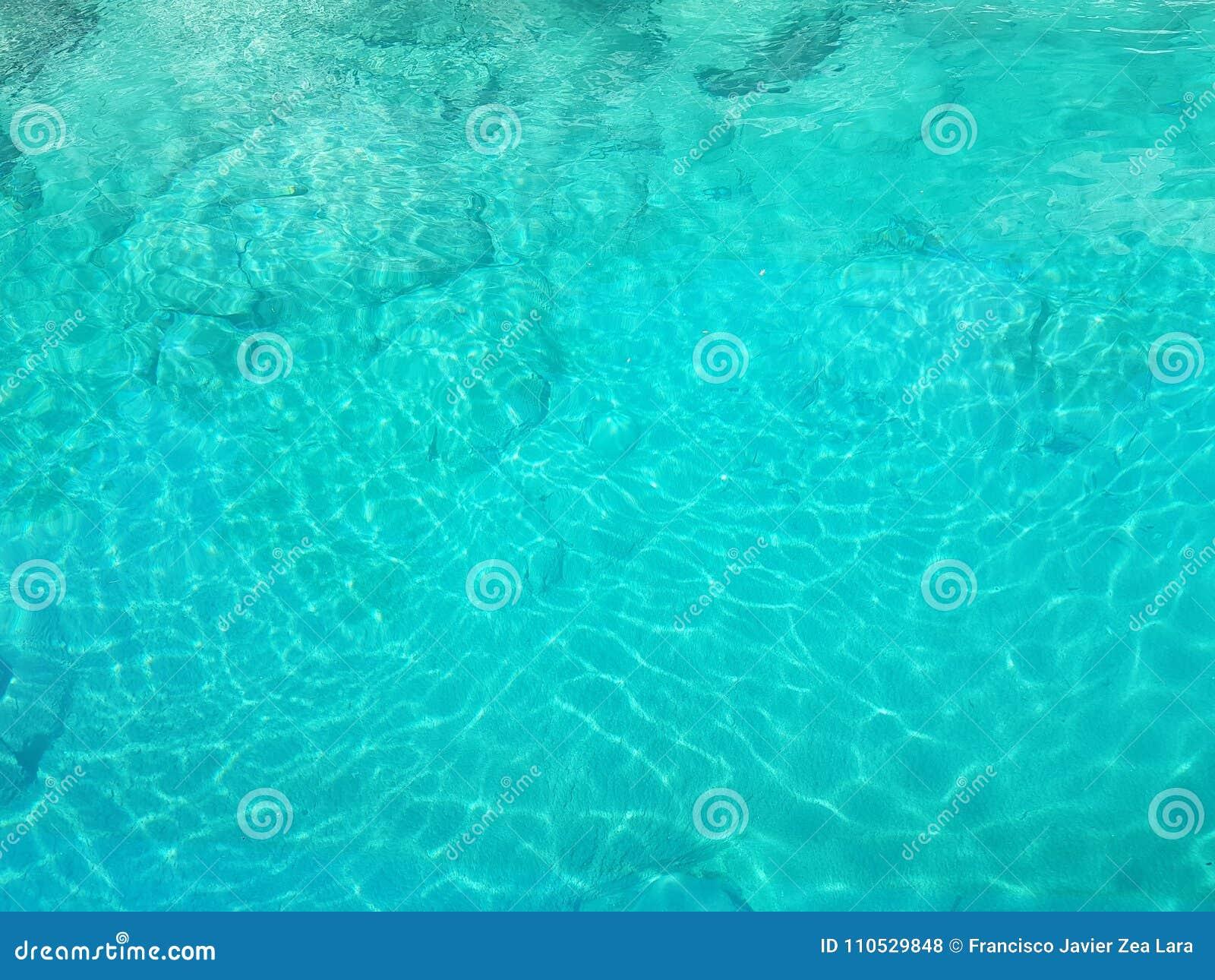 прозрачная вода в бирюзе, текстурированной предпосылке