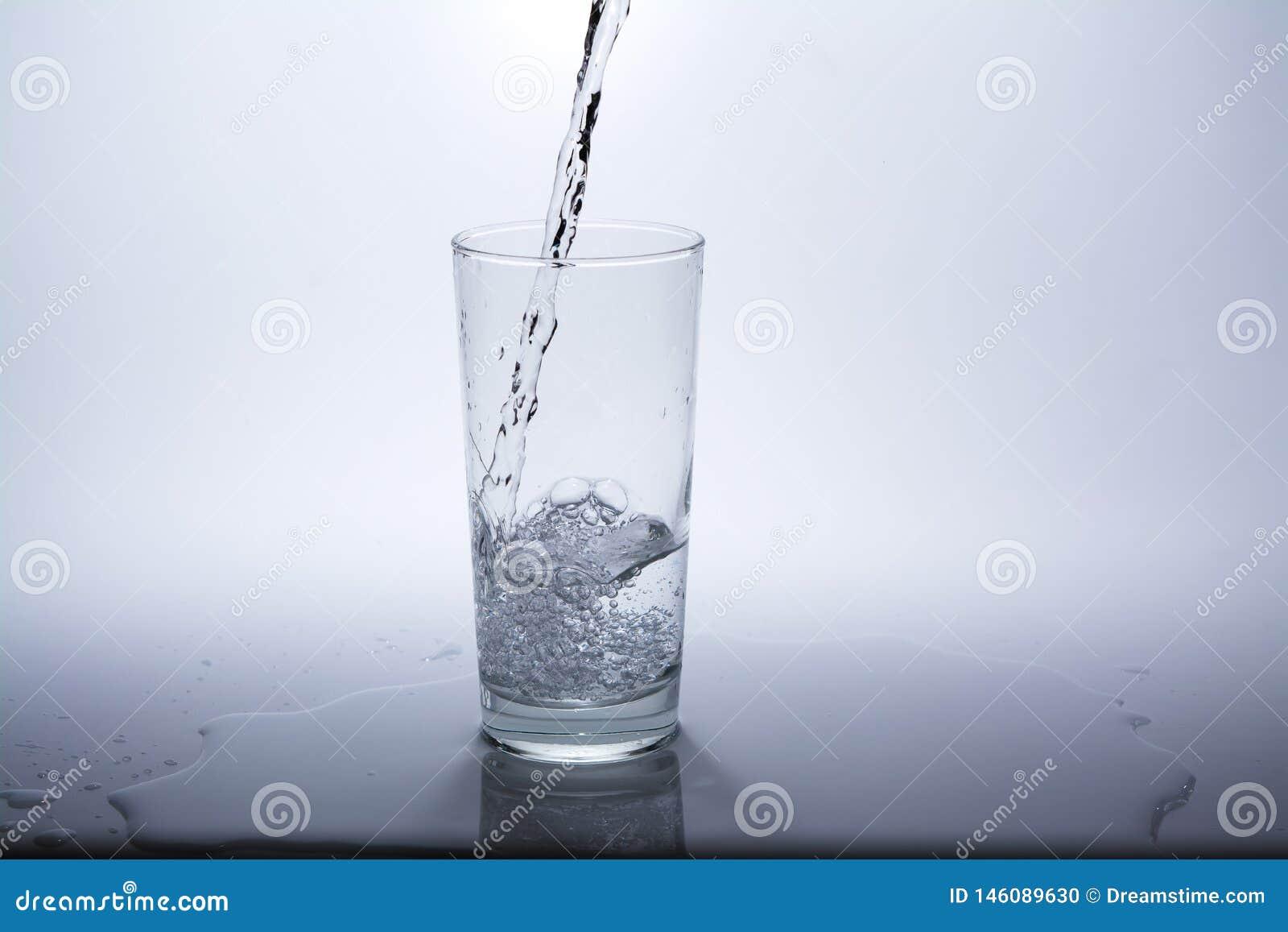 Прозрачное стекло с чистой питьевой водой