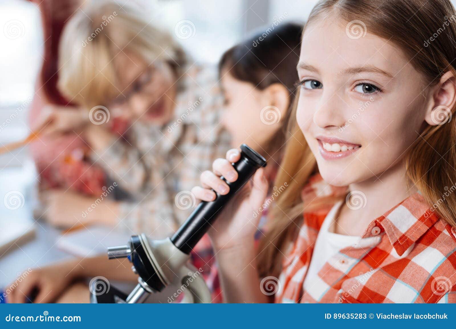 Производительные милые дети работая на проекте науки
