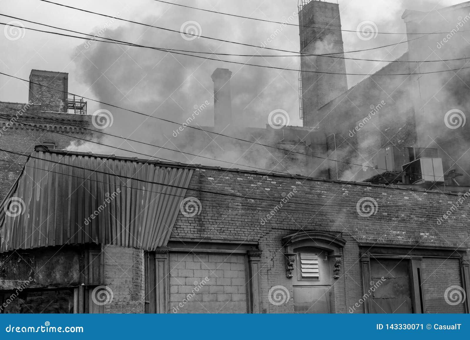 Промышленная зона в районе Williams Нью-Йорка в Бруклине, в черном & белом