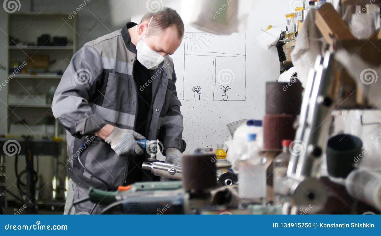 промышленное изготавливание Работник человека на ткани Зашкурить трубу утюга