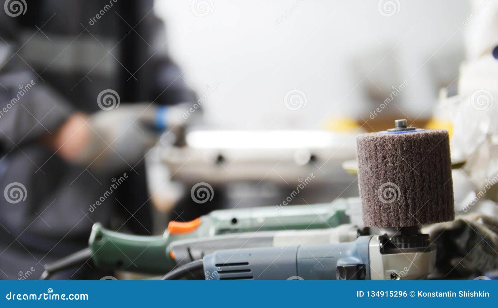промышленное изготавливание Работник человека на ткани Зашкурить машина в фокусе