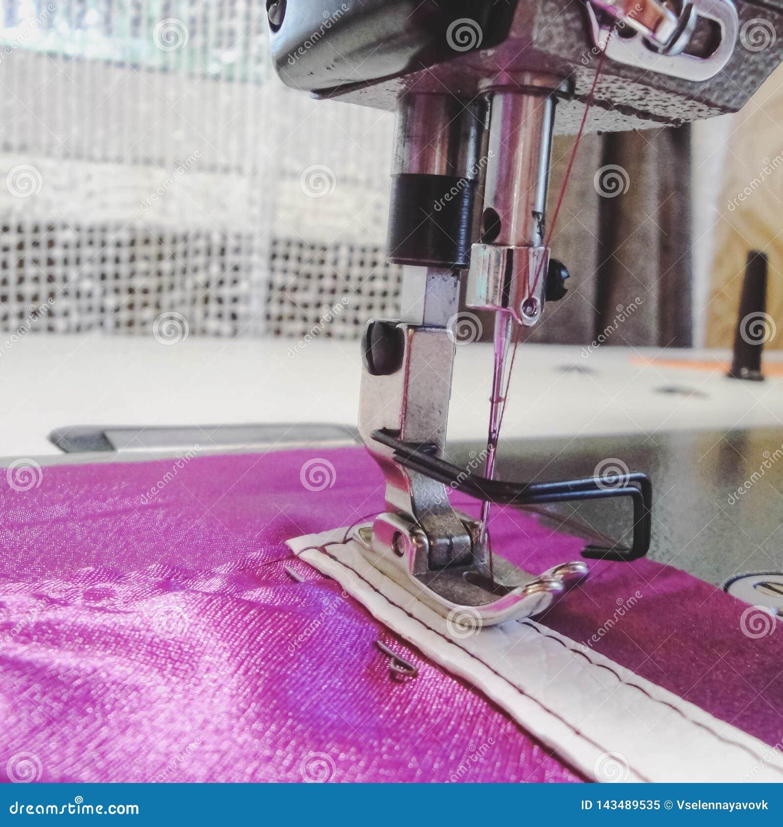Промышленный крупный план швейной машины, игла Крупный план швейная машина и деталь одежды Продукция handmade сумок