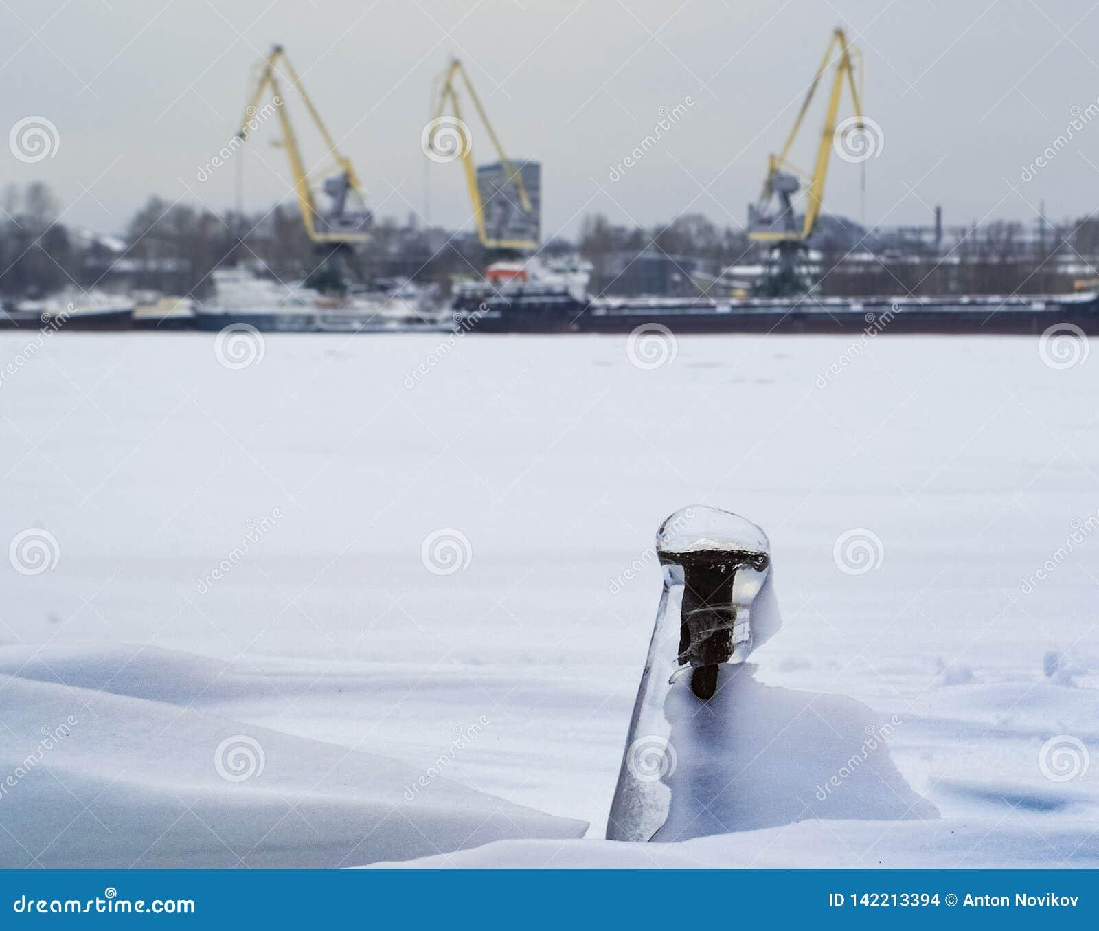 Промышленный ландшафт с кранами и замороженным винтом