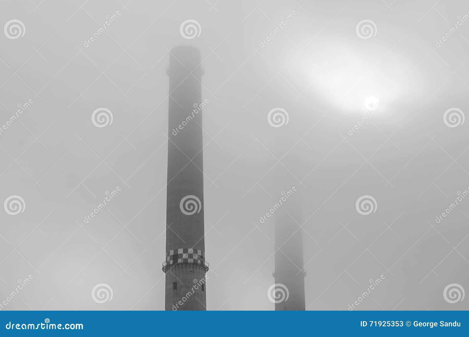 Промышленные башни предусматриванные в тумане